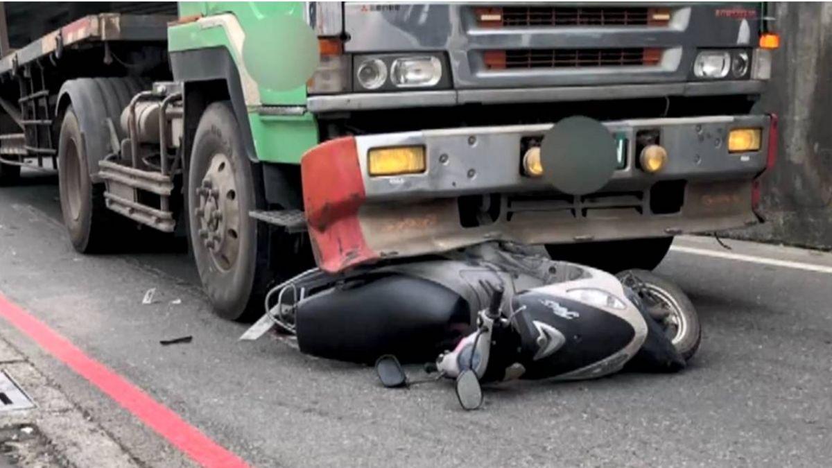 【影片】內輪差釀禍!42歲婦人進拖板車視線死角 遭輾過慘死