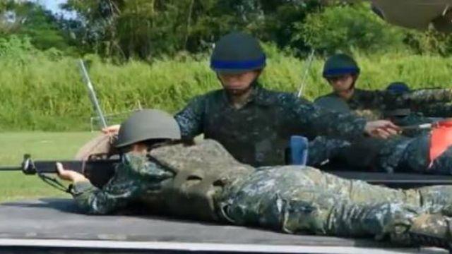 【影片】軍人打靶趴軟墊、撐陽傘 網友疑問草莓兵團?