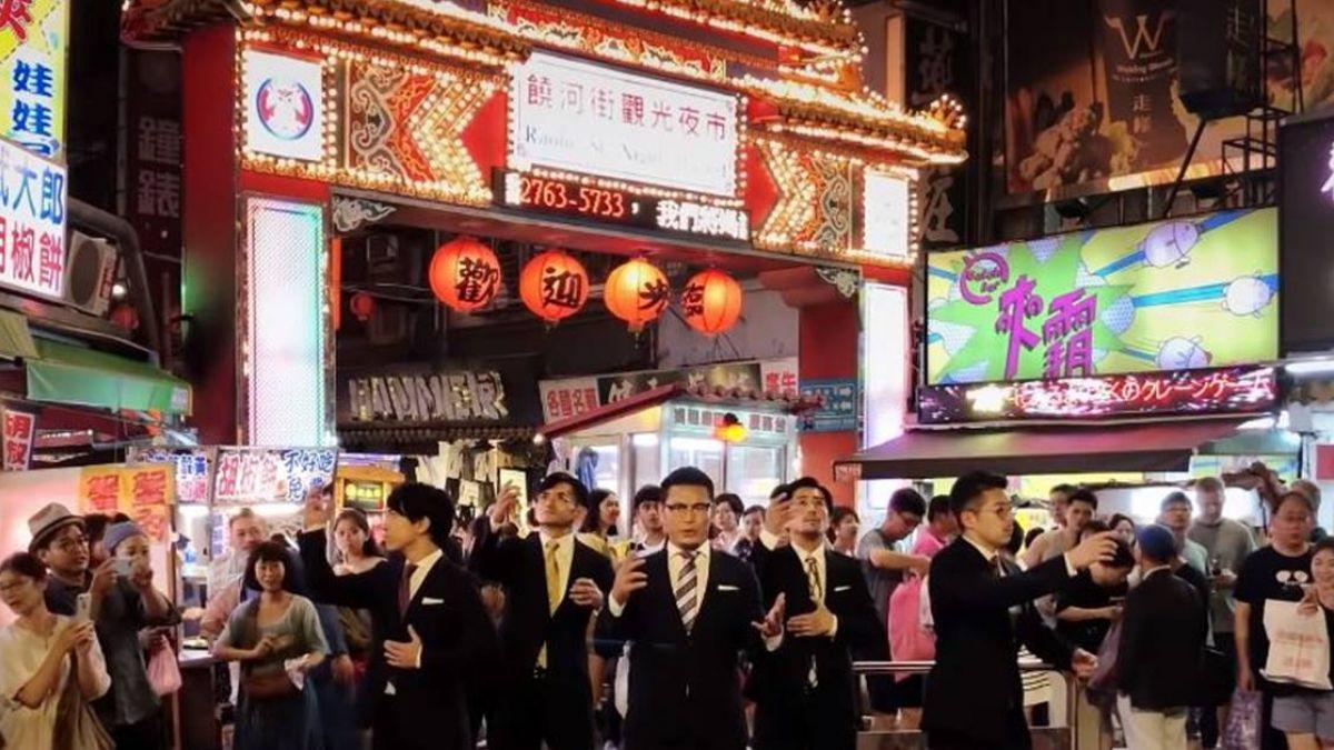 【影】日本「西裝大叔」跳進台灣!夜市秀神級舞蹈 網驚:日常被拍的好美