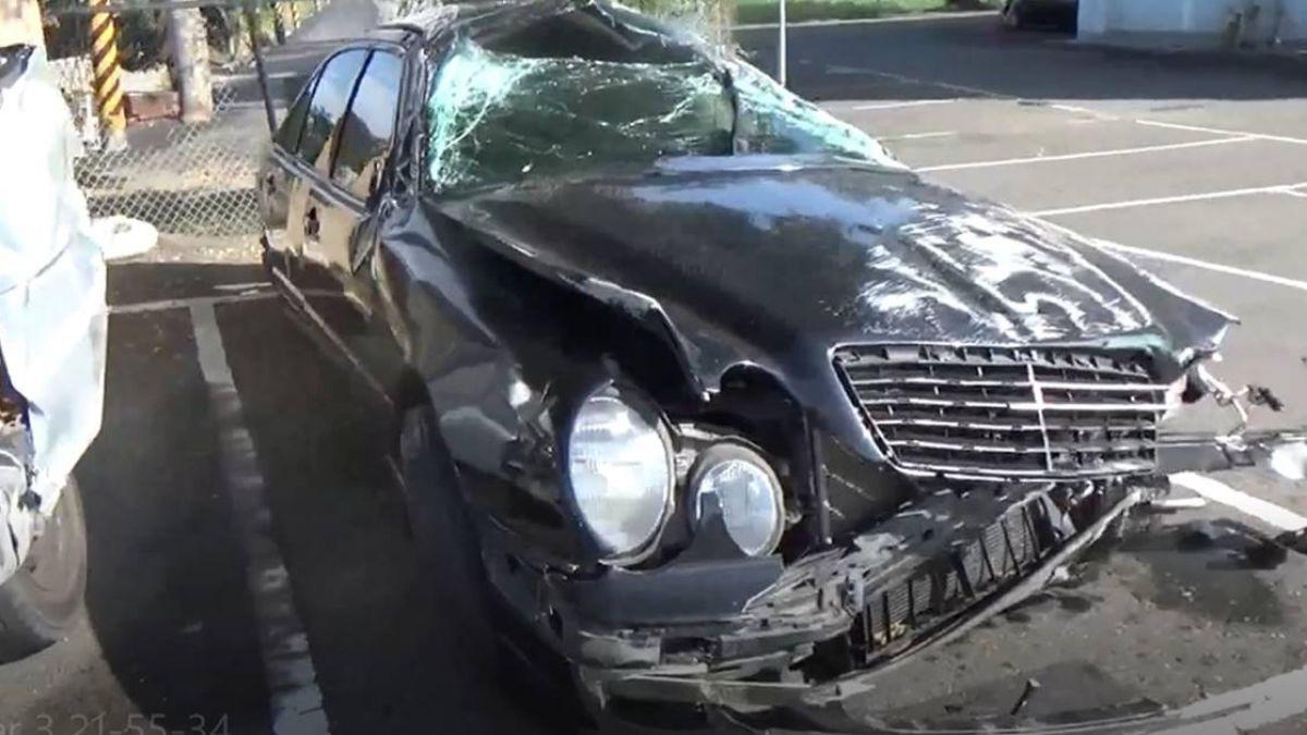 【影】國道車禍頻傳!轎車翻覆釀1死 8車連環撞女童慘斷牙