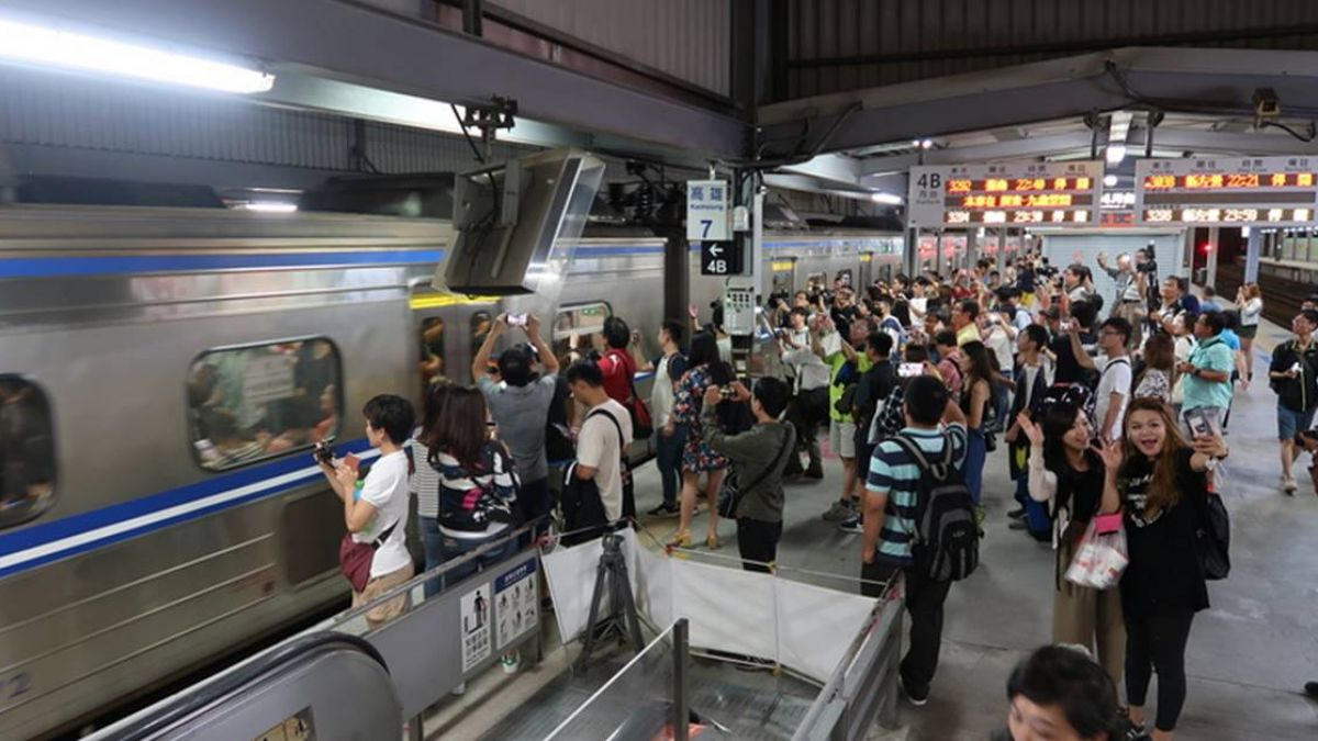 迎接鐵路地下化  鐵道迷揮別高雄臨時站