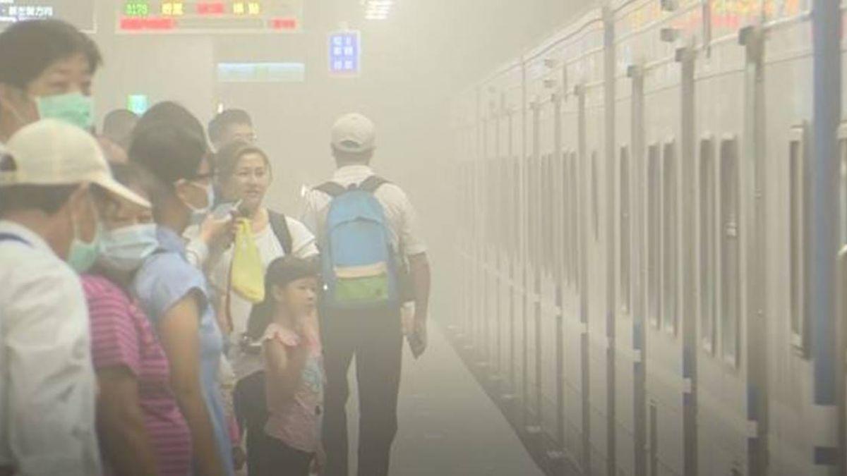 高雄鐵路地下化首日「卡到爆」!從買票到手扶梯都出包 員工示範糗翻