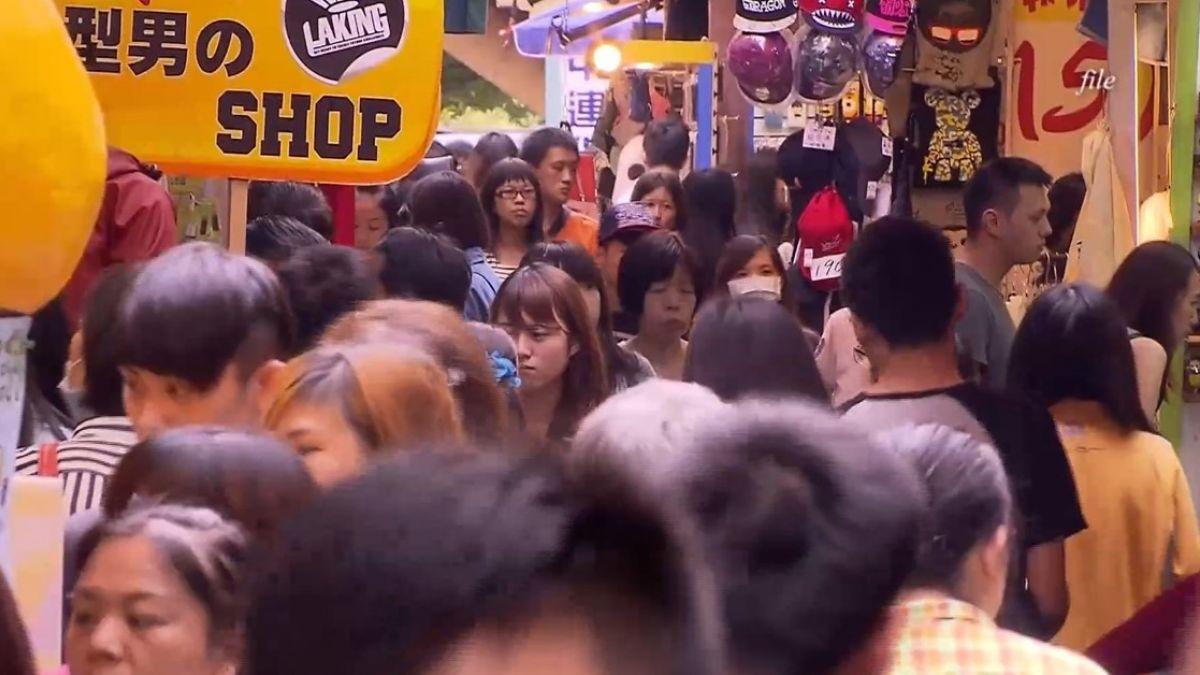 【影片】失戀男街頭要抱抱!「正面緊貼」女路人慘挨告 竟還上網討拍