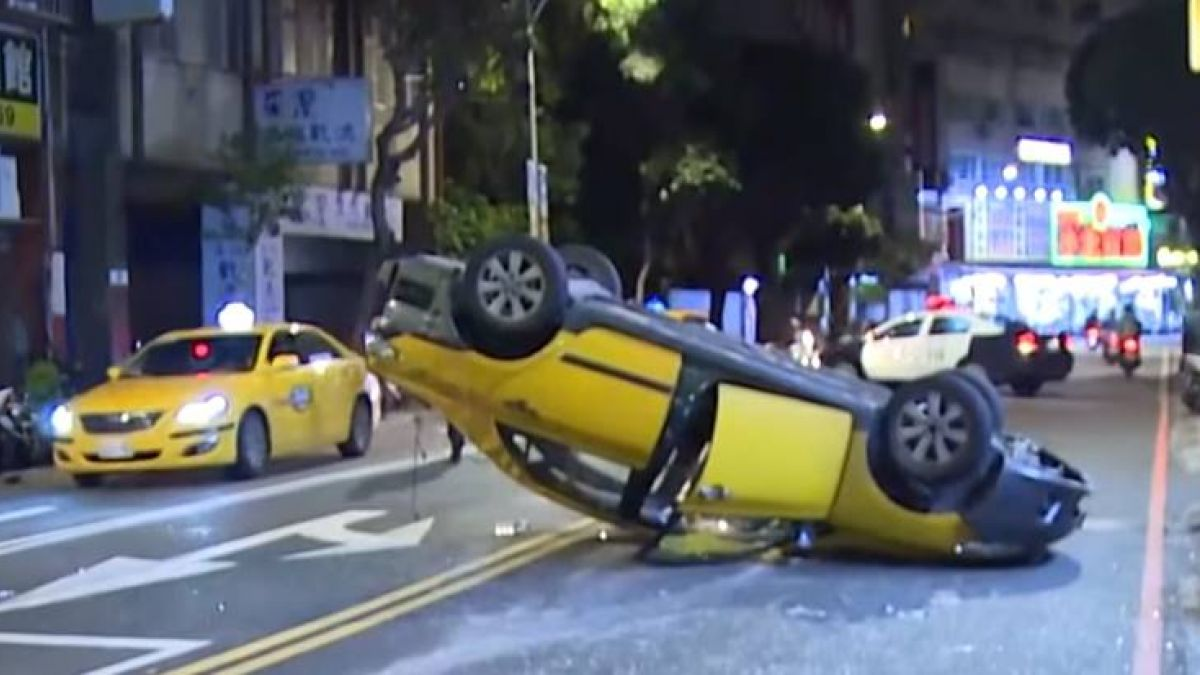 轎車搶快闖紅燈釀禍 計程車遭撞翻2人傷